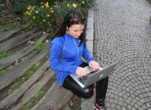 Running Charlotte è sempre connessa. Con il suo pc e sui social network
